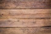 Une photo d'un mur en bois